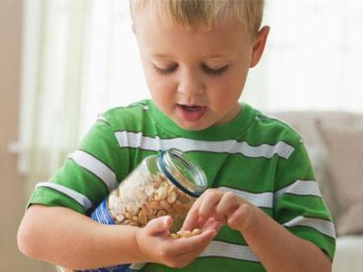 给宝宝吃坚果——捣碎后会更易食用
